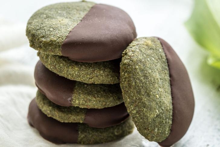 Chocolate-Dipped Spirulina Shortbread